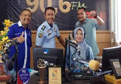 Ketua KONI Kabupaten Bengkalis, Darma Firdaus S bersama Sekretaris KONI, Saroni dan Ketua Panpel Fitra Budiman usai wawancara di RRI Bengkalis.