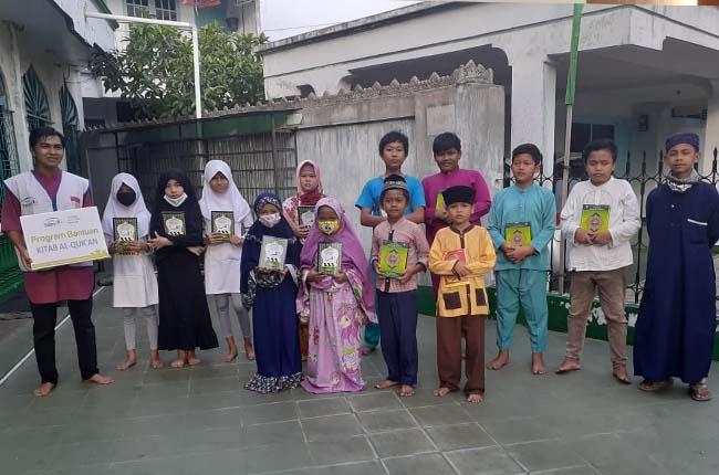 MDTA Al Ikhlas terima bantuan kitab suci Alquran dan iqra.