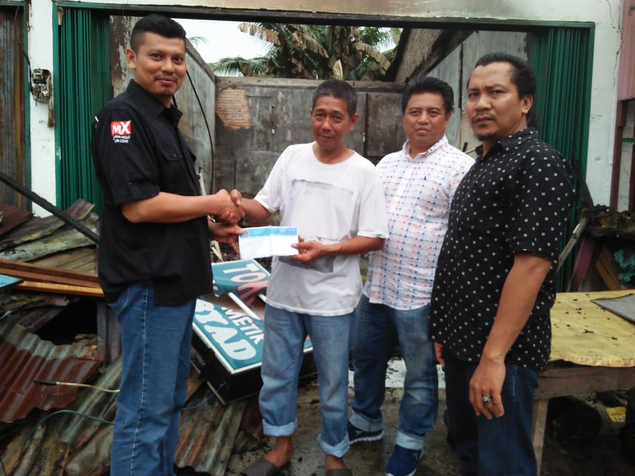 Penyerahan bantuan kepada M Said, wartawan Pekanbaru MX  di Pangkalan Kerinci, Pelalawan, yang mendapat musibah kebakaran