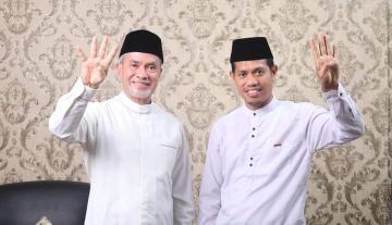 Pasangan Said Hasyim - Abdul Rauf atau yang lebih dikenal dengan jargon Bersabar sedang menunjukkan angka 4 dengan jari