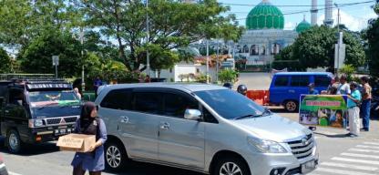 Puluhan wartawan Rohul peduli, galang dana ke pengendara jalan raya Tuanku Tambusai depan Masjid Agung Islamic Centre Rohul. Dananya akan diberikan ke Ibu Daliem warga penderita kanker rahim yang butuh dana untuk operasi