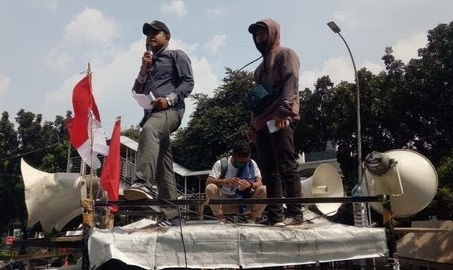 Demo mahasiswa dan pemuda di depan gedung KPK. Foto: Merdeka.com.