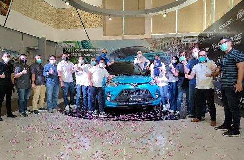 Manajemen Agung Toyota memperkenalkan Toyota Raize kepada mitra leasing/finance dan rekan media di Pekanbaru. Terlihat manajemen Agung Toyota dan para mitra foto bersama di sela launching Raize, Sabtu (8/5/2021).