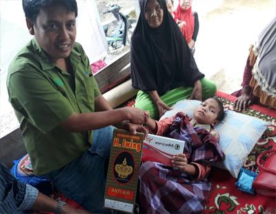 Penyerahan langsung dari CD Officer RAPP Berupa kain sarung dan peci kepada salah satu peserta sunatan massal.
