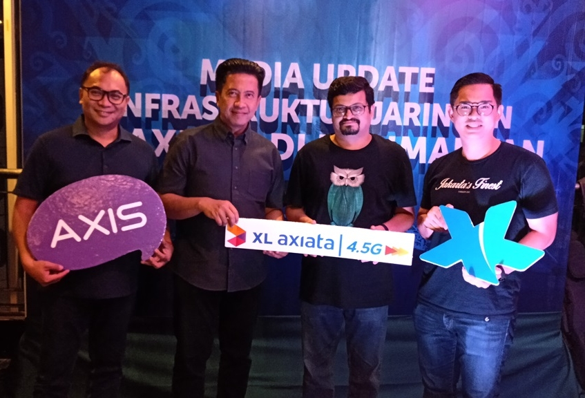 (ki-ka) I Gede Darmayusa, Group Head Program Management XL Axiata, Bambang Parikesit, Group Head XL Axiata Regional Jabodetabek dan Kalimantan, Pradeep Kutty, Group Head Unfield Network XL Axiata dan Bernard Ho Swee Keong, Group Head Mass Segment XL Axiata dalam acara Media Update Infrastruktur XL Axiata di Kalimantan pada Rabu (17/7) di Balikpapan, Kalimantan Timur.