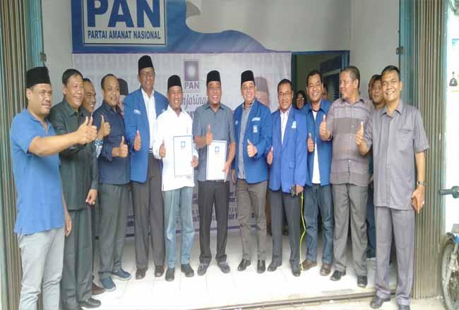 Cabup Rohul Hafith Syukri dan Erizal, berbarengan mengambil formulir pendaftaran Cabup Rohul 2020 ke DPD PAN Rohul, didampingi Ketua DPD PAN Rohul M Sahril Topan.