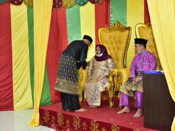 Prosesi tepuk tepung tawar terhadap Kasmarni-Bagus Santoso pasangan calon Bupati dan Wakil Bupati Bengkalis, Sabtu (5/9/2020) di Gedung LAMR Jalan Pramuka, Bengkalis.