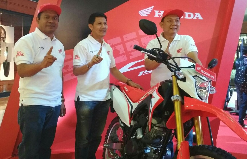 Manejemen Capella Dinamik Nusantara- Riau foto bersama unit All New Honda CRF150L usai peluncuran.