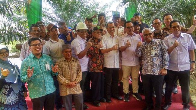 Bupati Siak H Syamsuar foto bersama petani dan manajemen Asain Agri