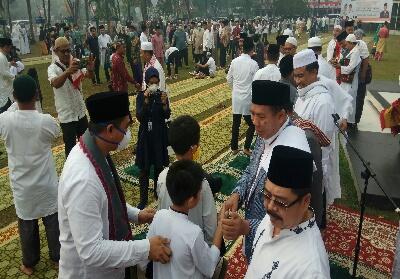 Usai melaksanakan Salat Ied, Walikota Pekanbaru Dr Firdaus MT bersilahturahmi dengan Pejabat Pemko dan warga.