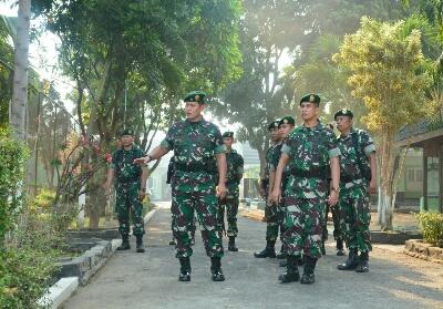 Panglima Divisi Infanteri-2/Kostrad, Mayjen TNI Tri Yuniarto saat melakukan peninjauan.