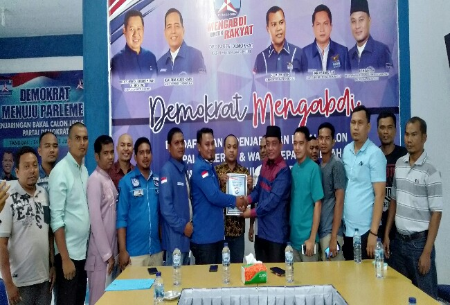 Erizal, resmi mengembalikan formulir penjaringan ke ketua penjaringan Partai Demokrat Rohul, Hamdan, didampingi tim relawan dan dua anggota DPRD Rohul dari Fraksi PAN, di kantor DPC Demokrat Rohul.