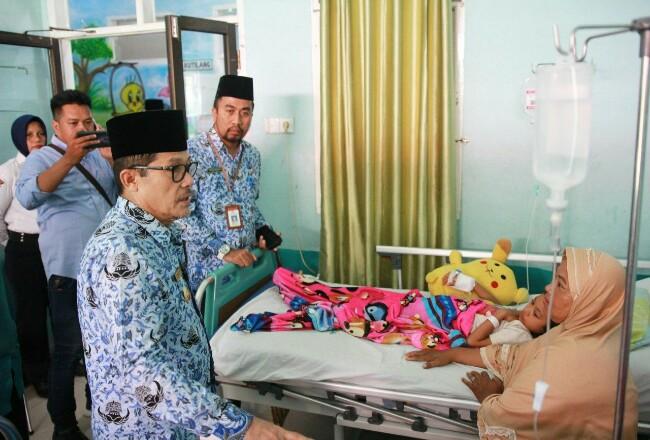 Walikota Dumai Drs H Zulkifli AS MSi menjenguk pasien DBD yang dirawat di RSUD Dumai Jumat (29/11/2019).