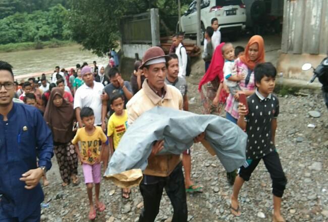 Jasad bocah tengelam, dibawa menuju ke rumah orang tuanya setelah berhasil dievakuasi dari Sungai Rokan.