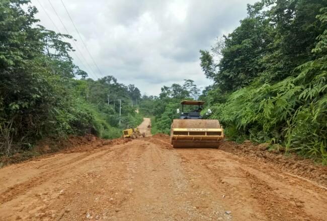 PUPR Rohul akhirnya perbaiki Jalinprov Rokan hingga Batas Sumbar yang rusak parah karena tak kunjung diperbaiki Dinas PUPR Riau. Padahal akses jalan itu, satu satunya akses masyarakat menghubungkan lima desa.