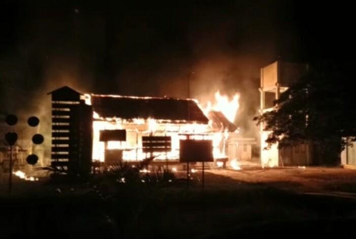 Api melalap Kantor Desa Rawa Bangun.