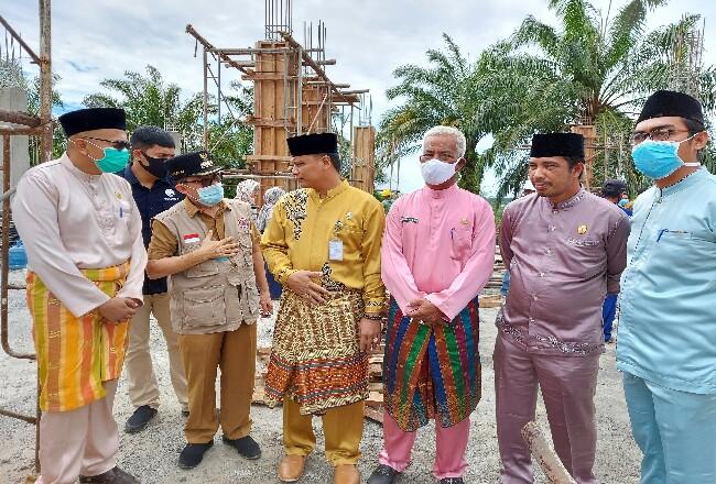 Walikota Dumai H Zulkifli As meninjau proyek pembangunan gedung Dinas Perkim Kota Dumai di Bagan Besar.