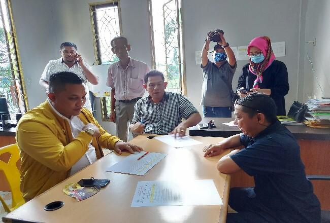 Bakal calon Ketua DPD II Partai Golkar Dumai, Ferdiansyah, SE menyerahkan berkas pendaftaran kepada panitia Musda DPD Golkar Dumai.