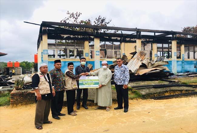 Penyerahan bantuan kepada Ponpes Madinatul Munawaroh korban kebakaran.