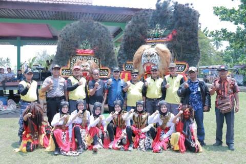 Foto bersama pada acara Festival Budaya Bahari yang ditaja Dinas Pariwisata, Kebudayaan, Kepemuda dan Olahraga (Disparbudpora).