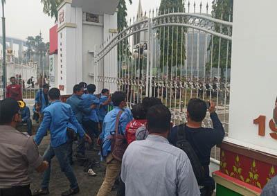 Mahasiswa berupaya mendobrak gerbang pagar kantor Gubri.