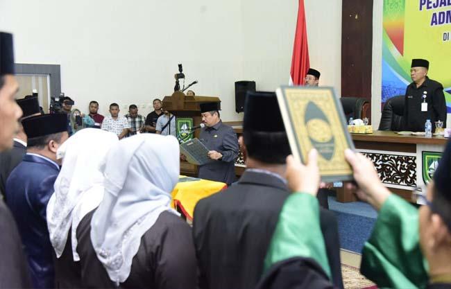 Bupati Bengkalis Amril Mukminin saat melantik para pejabat pimpinan tinggi pratama, adminstrator dan pengawas di lingkungan Pemkab Bengkalis.
