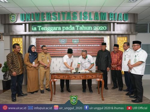 Rektor UIR Prof Syafrinaldi menandatangani MoU dengan Walikota Dumai Zulkifli As di Gedung Rektorat UIR Pekanbaru Jum
