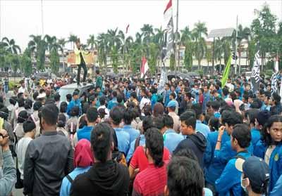 Massa mahasiswa gelar aksi damai di Halaman Kantor Gubernur Riau.