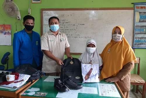 Penyerahan bantuan seragam sekolah.