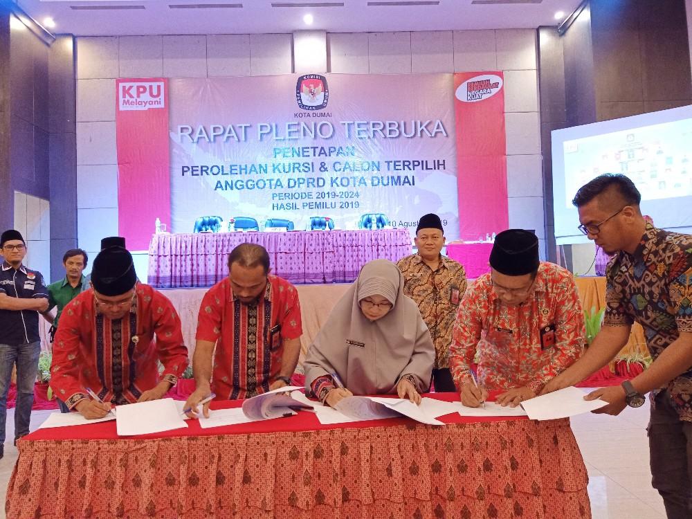 Komisioner KPU Dumai menandatangani berita acara hasil pleno perolehan kursi dan calon terpilih anggota DPRD Kota Dumai hasil Pemilu 2019 di ballroom hotel Comforta Dumai, Sabtu (10/8/2019).