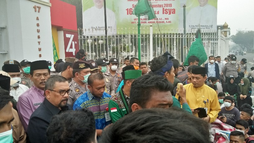 Wagubri temui para demonstran
