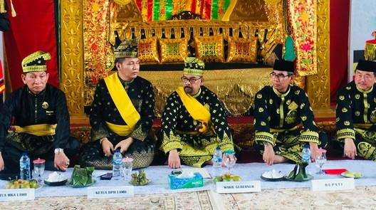 Penabalan gelar adat untuk Bupati dan Wakil Bupati Kuansing. Foto rtc