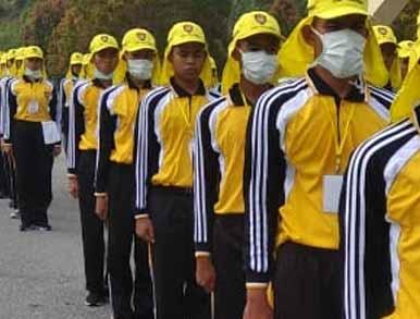 Paskibra Pelalawan tetap berlatih dengan menggunakan masker di tengah kabut asap.