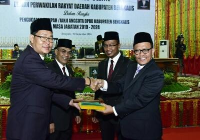 Mantan Ketua DPRD Kabupaten Bengkalis H Abdul Kadir secara resmi menyerahkan palu kepada Ketua sementara DPRD Kabupaten Bengkalis. H. Khairul Umam.