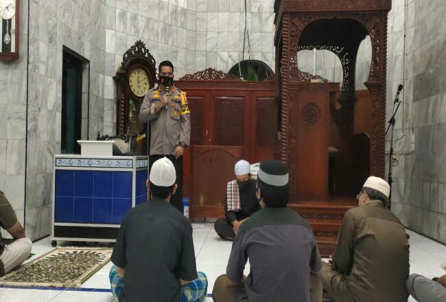 Kapolres Inhu saat menyampaikan pesan di depan jemaah masjid.