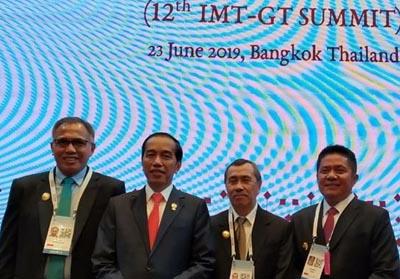 Presiden Jokowi bersama kepala daerah di Bangkok, termasuk Gubernur Riau Syamsuar