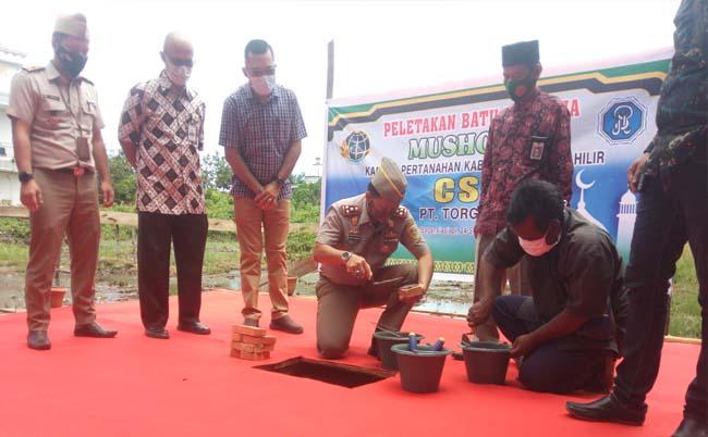 Kepala BPN Rohil, HM Rocky Soenoko didampingi Humas PT Torganda, Mario Sitorus meletakkan batu pertama pembangunan musala.