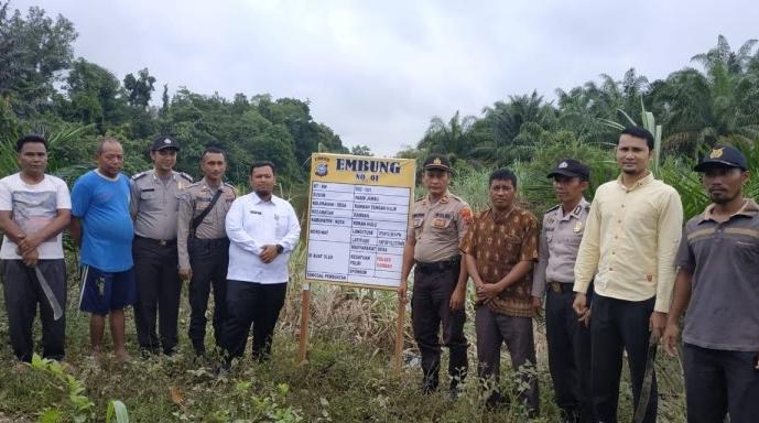 Pemasangan plang titik embung di Desa Rambah Tengah Hilir, Kecamatan Rambah.