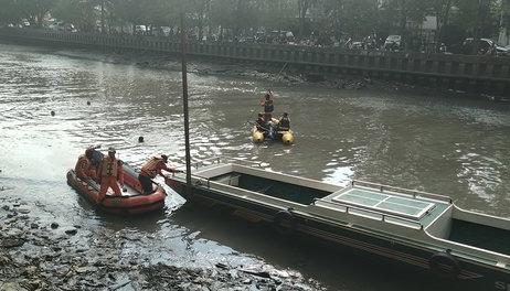 Pencarian korban Supri di SKM Samarinda. FOTO: Merdeka.com/Saud Rosadi