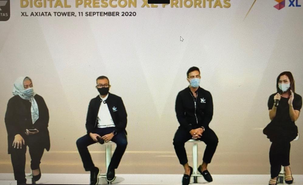"(ki-ka) Chief Sales Officer XL Axiata, Octavia Kurniawan, Brand Ambassador XL PRIORITAS, Hamish Daud, dan Direktur & Chief Komersial Officer XL Axiata, David Arcelus Oses dalam acara peluncuran ""myPRIO X Unlimited"" di Jakarta, Jumat (11/9/2020)."
