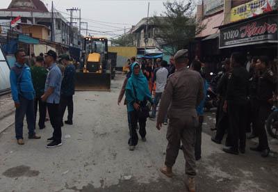Petugas gabungan bongkar lapak PKL di Jalan Kopi Pekanbaru.