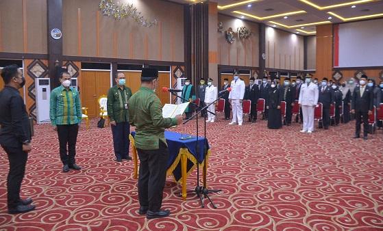 Sekretaris Daerah Kota Pekanbaru, Muhammad Jamil memimpin prosesi pelantikan dan pengukuhan 105 pejabat administrator dan pengawas di lingkungan Pemko Pekanbaru yang digelar di Aula Kantor Walikota Pekanbaru di Tenayan Raya