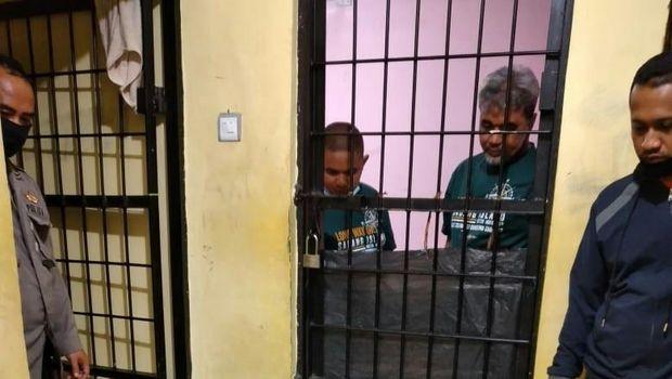 Kedua tersangka ditahan di Polres Bukittinggi. FOTO: Detikcom.