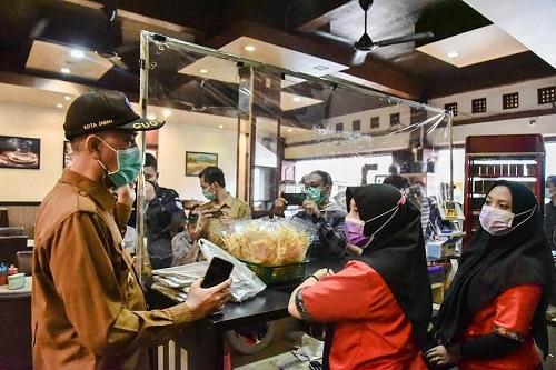 Walikota Dumai Paisal sidak kedai kopi saat memantau PPKM Level 3.