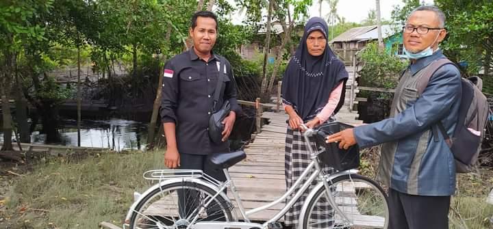 Penyerahan bantuan sepeda untuk Mustahiq yang setiap hari berjualan menggunakan sepeda yang dipinjamkan tetangganya, bantuan  diserahkan langsung oleh Ketua Baznas Kepulauan Meranti Sunarto didepan rumahnya.