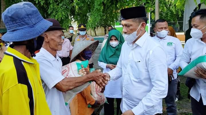 Bupati Adil membagikan beras sebanyak 1 ton kepada para fakir miskin, tukang becak dan petugas kebersihan sempena pembukaan bazar launching perdana beras Rangsang Barat di Taman Cik Puan, Minggu (18/4/2021).
