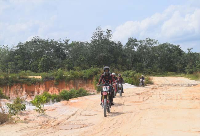 Komunitas Honda CRF150L bersama PT CCDN Riau mengeksplor alam dari sudut yang berbeda sekaligus merasakan sensasi berkendara menggunakan Honda CRF 150L di medan yang off road.