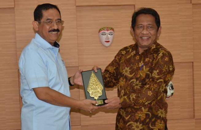 Sekretaris Daerah Provinsi Riau, Yan Prana Jaya akan memberikan perhatian serius terhadap pembenahan dan menata sebagus mungkin Anjungan Riau di Taman Mini Indonesia Indah (TMII).