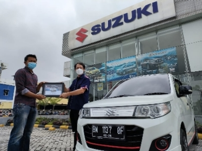 Kawil Suzuki Riau, Santoni (kanan) menyerahkan sertifikat kepada Reza.