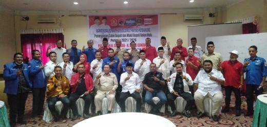 H.Sukiman- H.Indra Gunawan foto bersama dengan Ketua Tim Pemenangan Partai Koalisi BerSkawan Kelmi Amri dan ketua serta pengurus lima partai koalisi di Hotel Sapadia